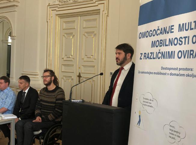 """Zagovornik načela enakosti Miha Lobnik med nagovorom udeležencev predstavitve projekta """"Omogočanje multimodalne mobilnosti oseb z različnimi oviranostmi"""""""