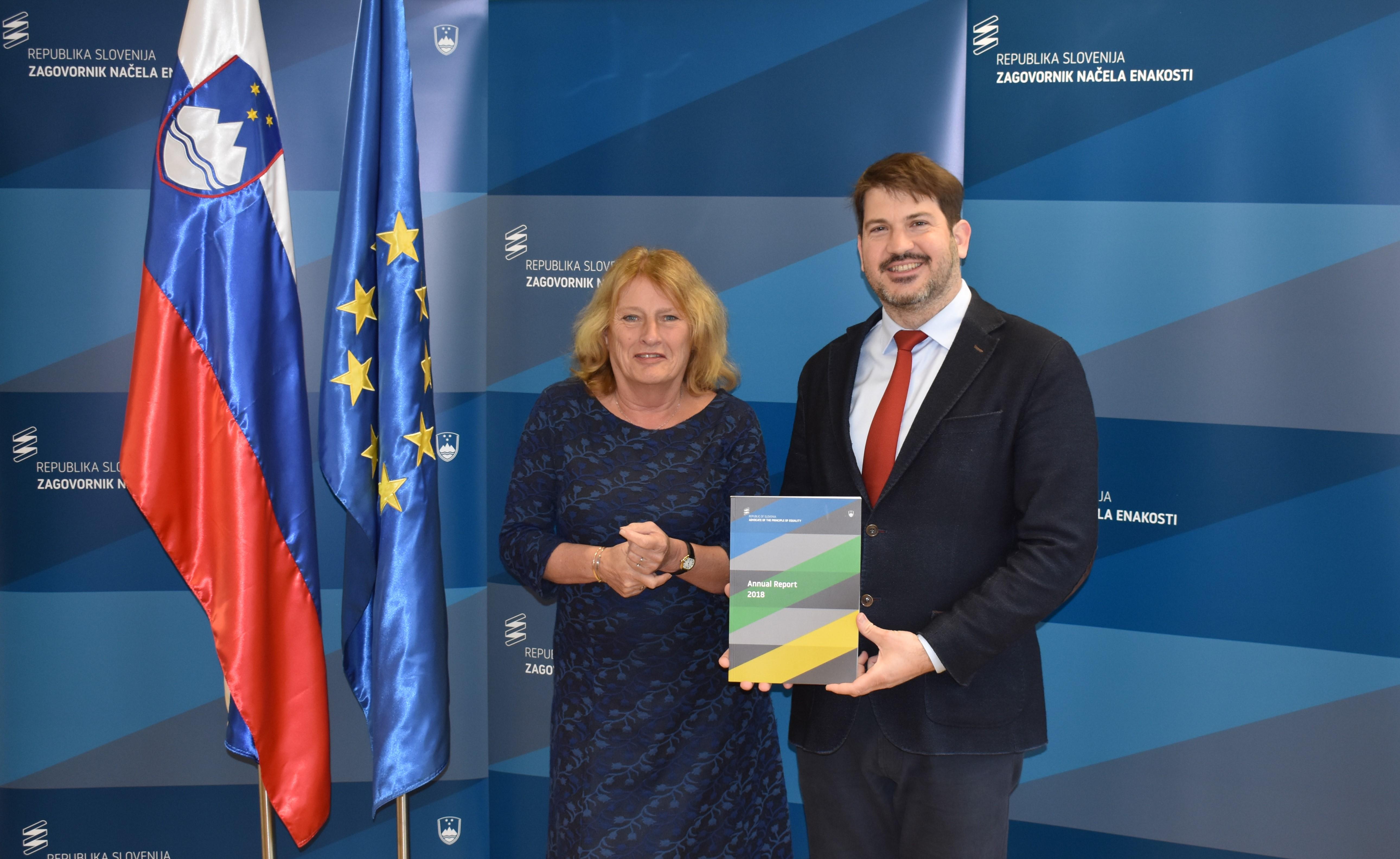 Zagovornik načela enakosti Miha Lobnik in predstojnica nizozemskega inštituta za človekove pravice Adriane van Dooijenweer.