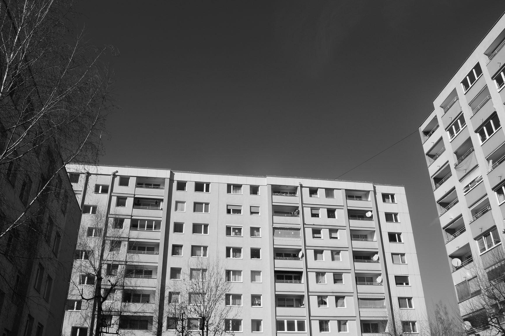 Simbolna fotografija večstanovanjske stavbe.