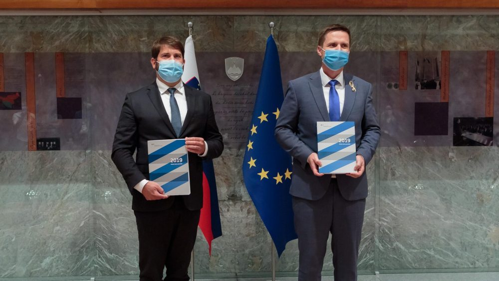 Zagovornik načela enakosti Miha Lobnik predaja Redno letno poročilo za leto 2019 predsedniku Državnega zbora Igorju Zorčiču.