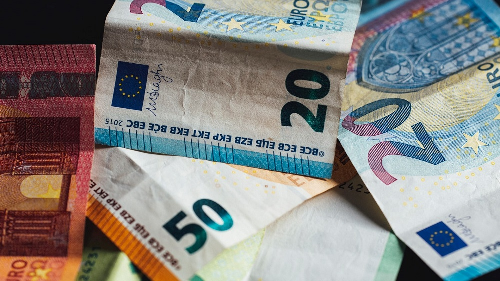 Simbolna fotografija denarja.