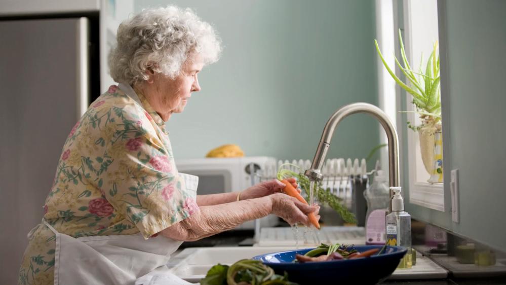 Simbolna fotografija starejše gospe.